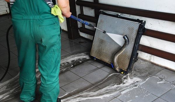 Как почистить снаружи автомобильный радиатор?